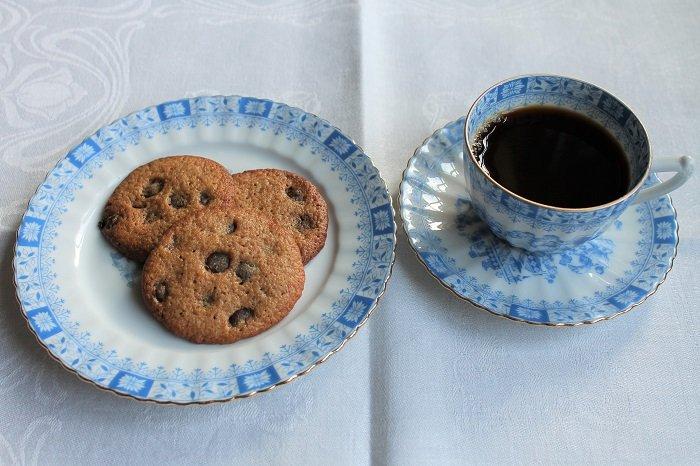 Cookies av surdeig med sjokoladebitar